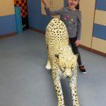 Dziewczynka z gepardem w rozszerzonej rzeczywistości .