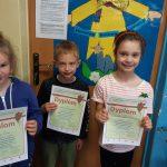Trójka uczniów z klasy 1b prezentuje swoje dyplony-laureaci