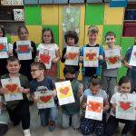 Dzieci z radością pokazują laurki, które zrobiły dla Mam.