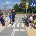 Miasteczko ruchu drogowego. Dzieci uczą się jak bezpiecznie być pieszym.