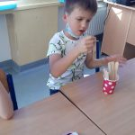 Chłopiec losuje patyczek z działaniem matematycznym.