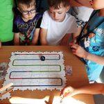 Uczniowie śledzą trasę ozobota i wykonuja obliczenia.