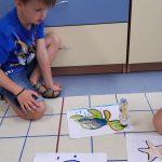 Uczeń śledzi trasę ozobota-konika morskiego.