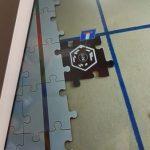Na tablecie rozszerzona rzeczywistość-puzzle Ar-znak drogowy.