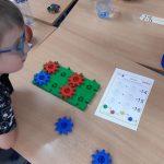 Chłopiec sprawdza zakodowane liczby.