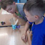 Chłopcy grają w Kaboom-obliczenia w zakresie 20.