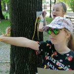 Ania odbija na kalkę fakturę kory parkowego drzewa.