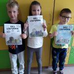 Dzieci pokazują swoje lekturniki.