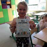 Emilka trzyma kartkę lekturnika.