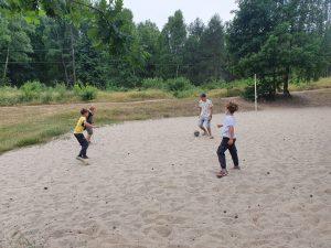 Chłopcy rozgrywają mecz piłki nożnej.