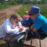 Uczniowie zapisują tekst bieganego dyktanda.