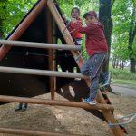 Dzieci wspinają się na placu zabaw.