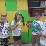 Dzieci z klasy 2c ćwiczą dłonie na kolorowych krążkach z otworami - kropkami.