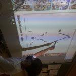 Uczeń z klasy 2 c łączy kropki na tablicy multimedialnej.