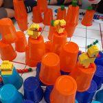 Kaczuszki z klocków Lego w zakodowanym świecie kubeczków.
