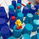 Prezentacja kaczek z Lego na kubeczkach.