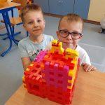 Chłopcy prezentują pieski z klocków Lego.