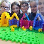 Uczennice prezentują zbudowane z klocków Lego pieski .