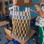 """Chłopcy z klasy 2 b budują wielką kropę w formie ,,3 d""""."""