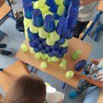 """Uczniowie klasy 3 a ubrani w różne czapki w kropki prezentują kolorowe kropki.""""."""