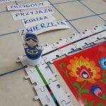 Ozobot w stroju kaszubskim zwiedza Polskę-trasa z puzzli.