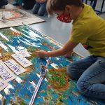 Uczeń pokazuje miejsce swojego pobytu na mapie świata.