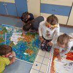 Uczniowie obserwują trasy ozobotów.