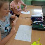 Uczennice piszą książkę.