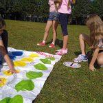 Dziewczynki grają w Twister'a.