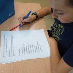 Uczeń wypełnia kartę do głosowania.