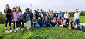 uczniowie klasy 4c podczas akcji sprzątanie świata