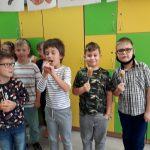 Chłopcy zjadają przysmaki.