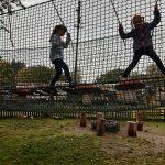 Dwie uczennice z kl. 2b w parku linowym pokonują kładki.