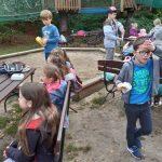 Przerwa śniadaniowa- uczniowie jedzą kiełbaski z grilla.