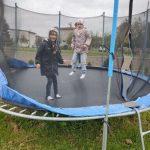 Uczennice podczas zabawy na trampolinie